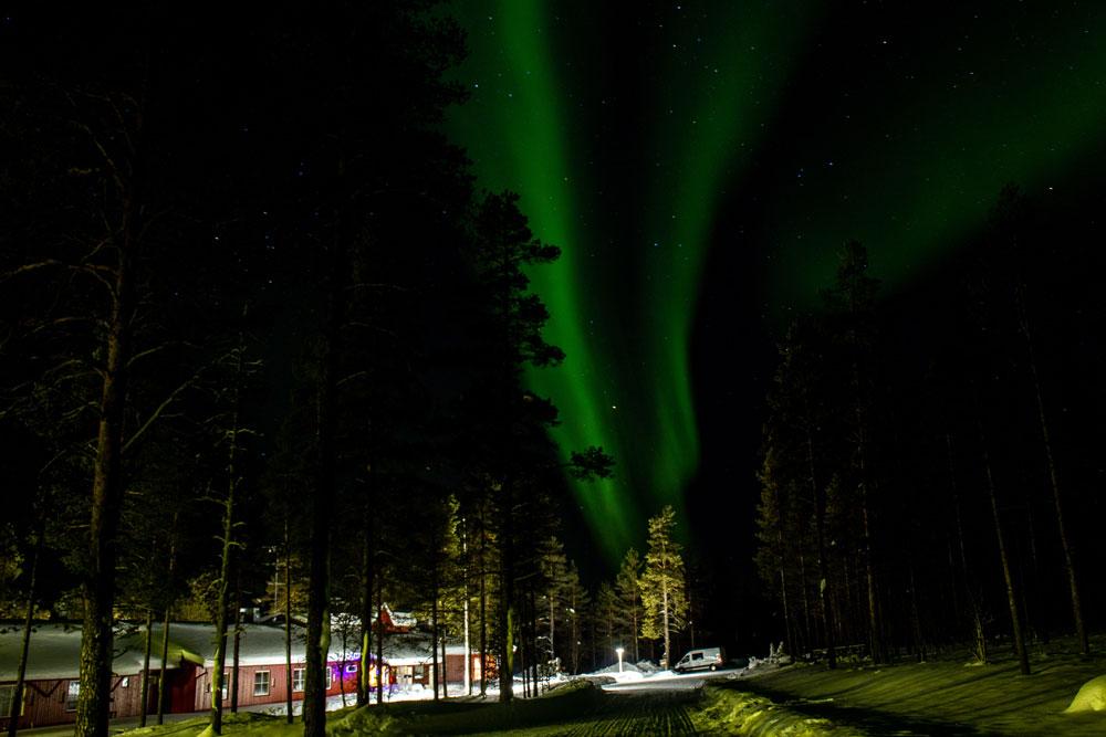 Vihreät revontulet tähtitaivaalla.