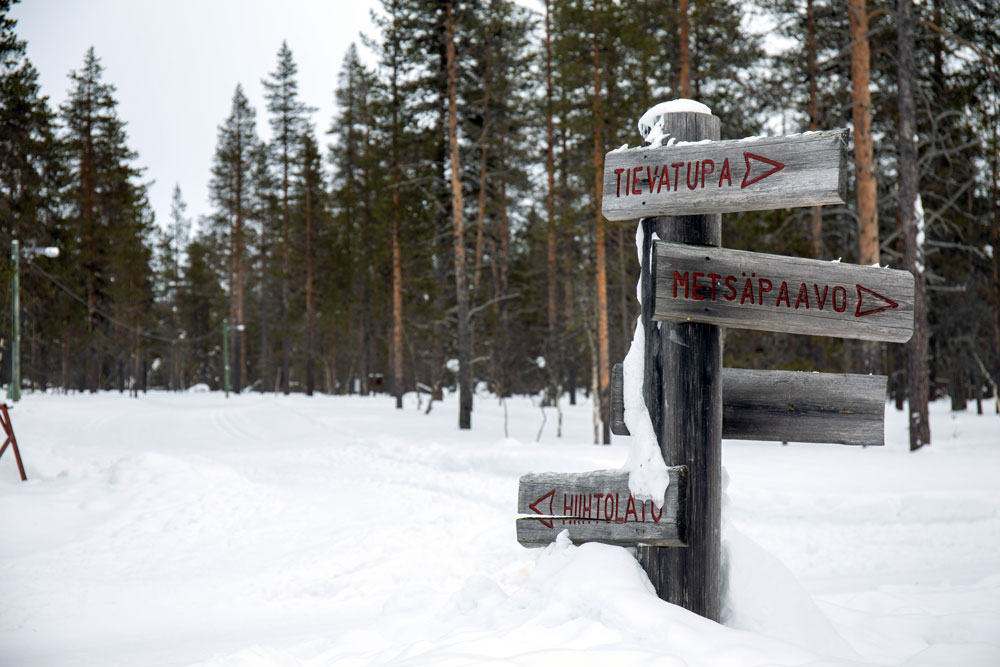 Puukyltit keskellä talvista maisemaa. Kylteissä lukee Tievatupa, Matsäpaavo.