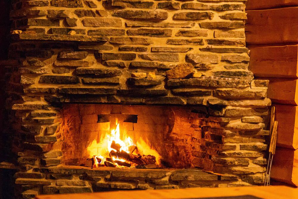 Kivitakassa palaa tuli.